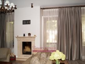 Фото-84. Шторы в гостиной на деревянном карнизе цвета венге с золотой патиной.