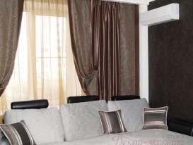 Вид на шторы и люстру в гостиной.