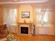 Фото-9. Легкие шторы для гостиной в классическом стиле.