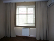 Фото-34. Комбинация портьер и римской шторы в гостиной комнате.
