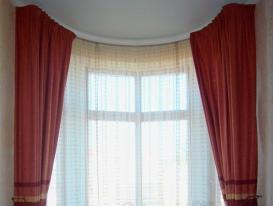 Фото-50. Шторы для зала в русском стиле подхваченные декоративными кистями.