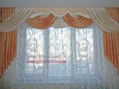 Фото-66. Фрагмент штор в классическом стиле с ламбрекеном на потолочном карнизе для гостиной комнаты.