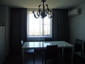 Фото-70. Шторы для гостиной комнаты в чёрно-белых тонах.