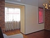 Фото-74. На лоджии, совмещённой с гостиной, повесили лёгкие шторы, на внутреннее окно римскую.