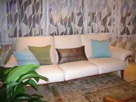 Фото-76. Декоративные подушки на диване рядом со шторами.
