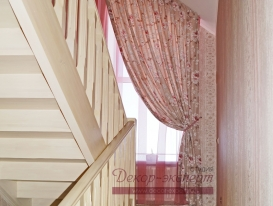 Шторы на окне у лестницы, потолочный карниз закреплён на скошенном потолке. Село ягодное.