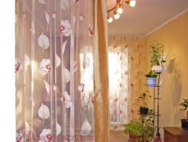 Зонирование пространства лёгкой шторой с кантом на потолочном карнизе. Тольятти, 5-е ВСО.