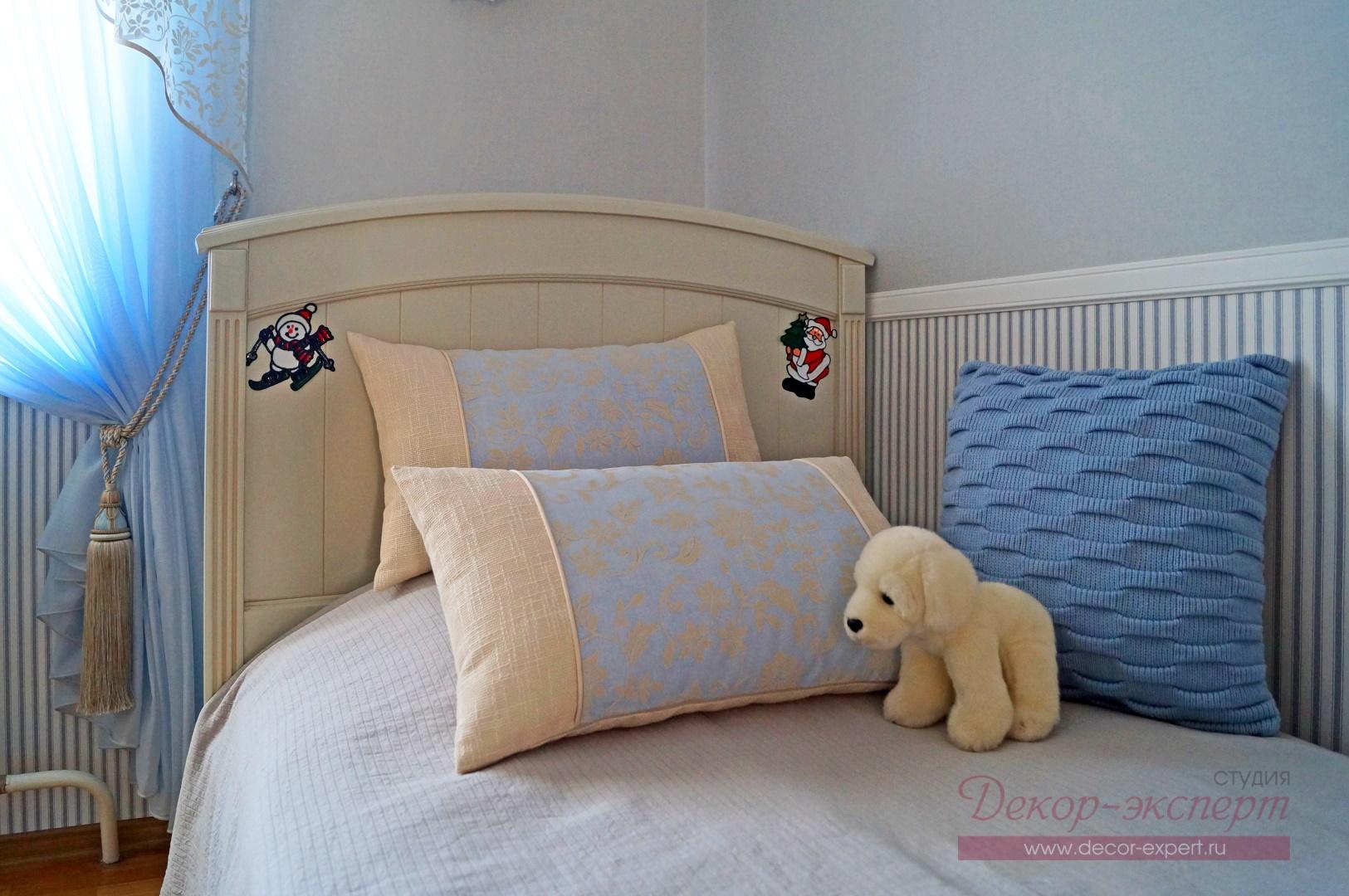 Две декоративные подушки с кантом и третья с объёмной вязкой на кровати в комнате девочки.