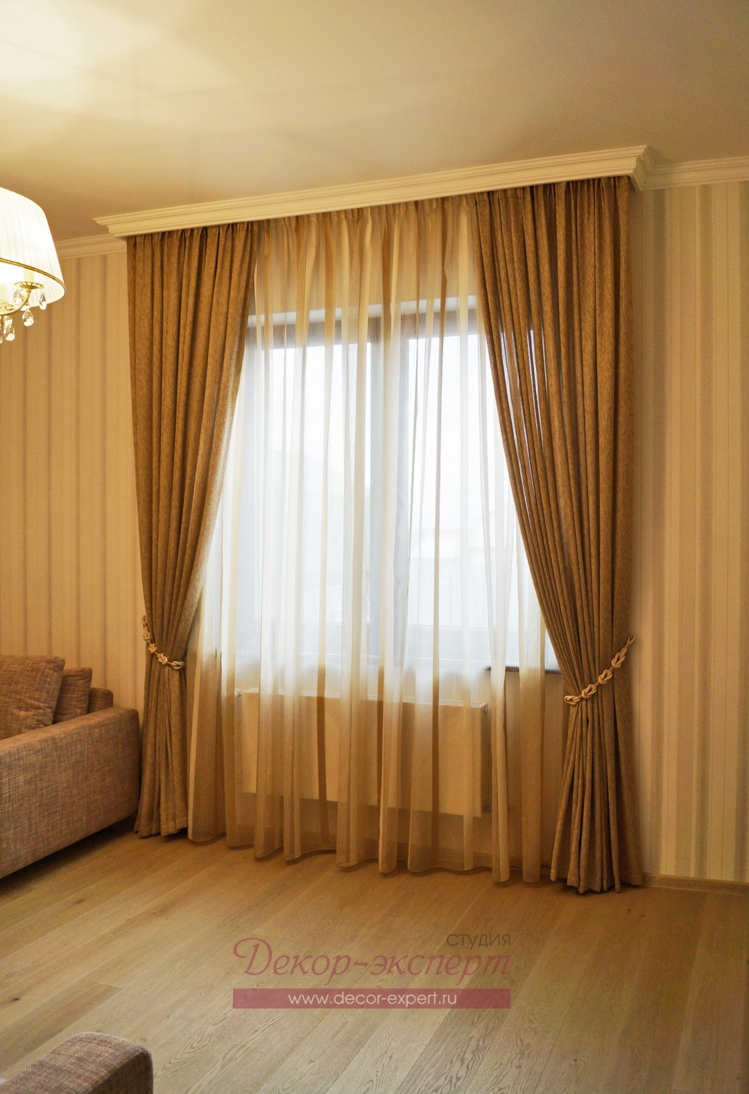 Вид на шторы с подхватом в комнату девочки подростка.