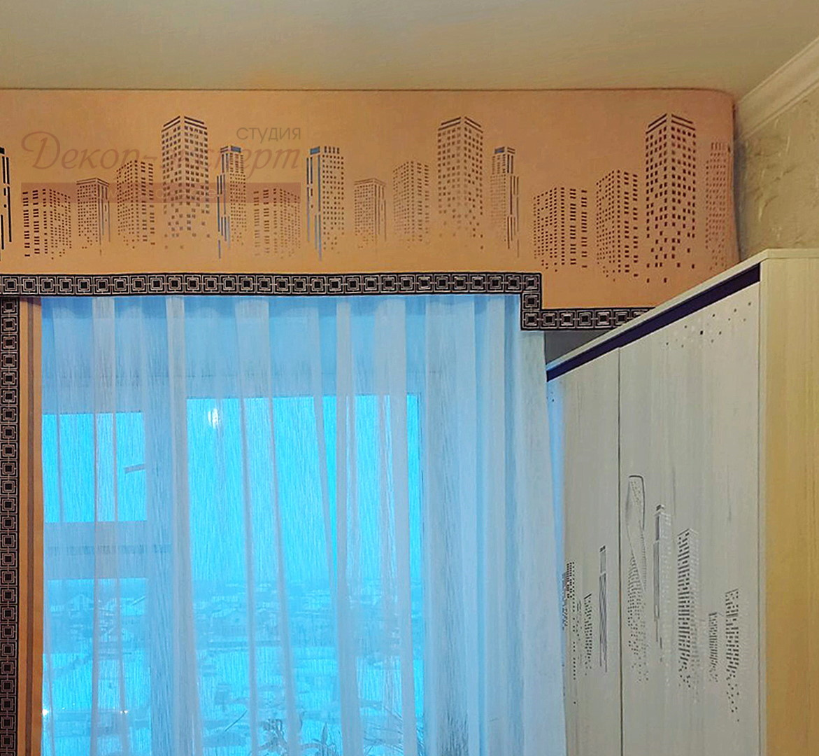 Фото правого фрагмента штор с перфорированным ламбрекеном и отделкой декоративным бордюром.
