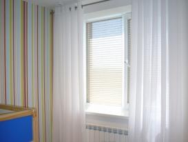 Фото-64. Белые шторы на люверсах в комбинации с жалюзи плиссе для детской комнаты.