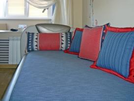 Фото-56. Чехол на диван и декоративные подушки в детской комнате мальчика.