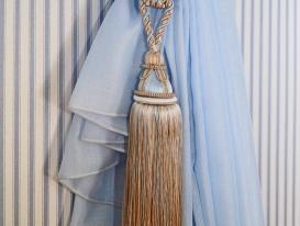 Декоративная кисть в качестве подхвата для штор в детской комнате девочки.