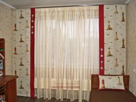 Две статичные японские панели из ткани с принтом на морскую тему и тюль в комнату мальчика.