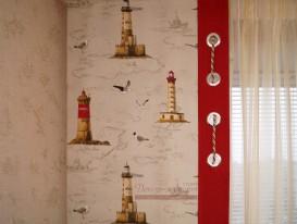 Фрагмент панели с отделкой люверсами и декоративным шнуром в сочетании с обоями на стене.