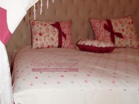 Фото-69. Декоративные подушки на покрывале в горошек.