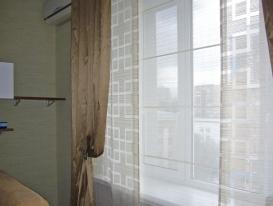 Фото-49. Японские шторы с портьерами, причем центральная панель имитирует римскую штору, чтобы гармонировать с римской у балкона.