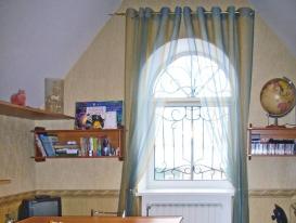 Фото-7. Шторы на люверсах для арочного окна в детской комнате.