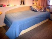 Фото-14. Синее покрывало и декоративные подушки в в комнату девочки.