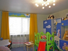 Фото-23. Комбинация жёлтых штор скантом и гладкого ламбрекена с аппликацией для детской комнаты.