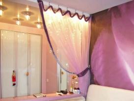 Фото-29. Зонирование пространства шторой на крючках в детской комнате девочки.