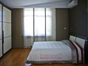 Фото-34. Большое окно у шкафа купе декорируем японскими шторами.