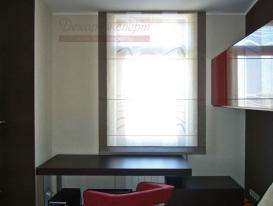 Фото-35. Компактная римская штора над рабочим столом в комнате мальчика подростка.