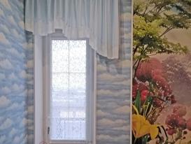 """""""Облачный"""" ламбрекен и прямое полотно кружевного тюля в декоре для двери на балкон в детской комнате."""