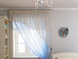 Легкие шторы в детской комнате, подхваченные декоративной кистью. На заднем плане рулонные шторы.