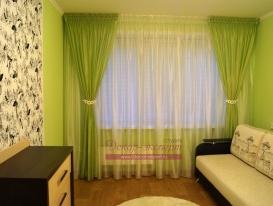 Лёгкие зелёные шторы на потолочном карнизе в комнате девочки подростка. Тольятти.