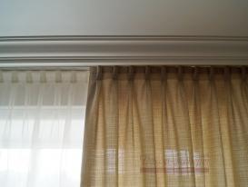 Портьера из ткани под натуралку с ручной бантовой складкой в комнате для мальчика.