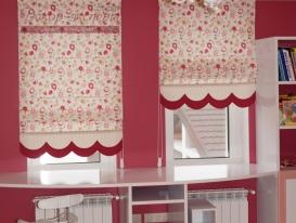 Фото-71. Римские шторы с фигурным краем в детской комнате для девочки.