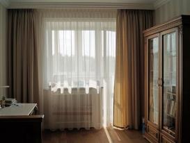 Шторы для окна с выходом на балкон в потолочной нише в комнате для мальчика.
