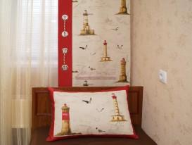 Тюль с полосками, панель с кантом и декоративная подушка на кровати в комнате мальчика.