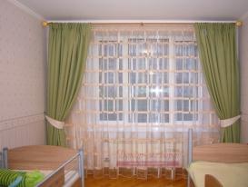 Фото-75. Зеленые шторы на круглом карнизе для детской двух мальчиков.