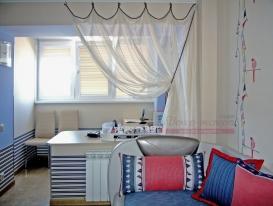 Фото-55. Зонирование пространства шторой в морском стиле в детской комнате. На совмещённой лоджии повесили рулонные шторы.