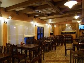 Фото-24. Перспектива с римскими шторами в зале ресторана в охотничьем стиле.