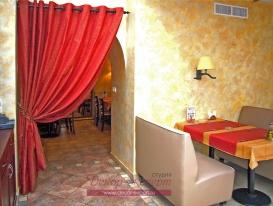Фото-9. Декорирование шторой служебного прохода в кухонную зону. Хорошо видна скатерть справа на столе.