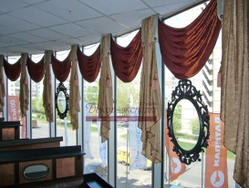Фото-1. Текстилный декор окна кафе в ТРК Капитал в Тольятти.