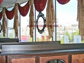 Фото-4. Текстилный декор окна кафе в ТРК Капитал в Тольятти.