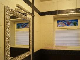 Плиссе натяжного типа в интерьере душевой комнаты.