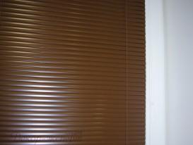 Полотно ламелей кассетных горизонтальных жалюзи максимально приближено к стеклу.
