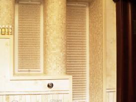 Две шторы плиссе натяжного типа в детской душевой комнате в коттедже.