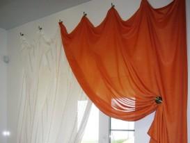 Контрастные шторы на крючках с провисами для санузла в коттедже.