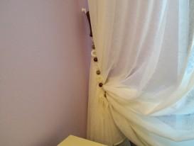 Подхват для тюля в женской душевой комнате.