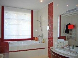 Римская штора с красным кантом в интерьере ванной комнаты.