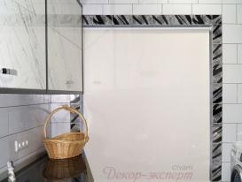 Рулонные шторы LUX  на окне в постирочной комнате в коттедже.