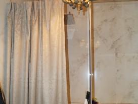 Штора из ткани с тефлоновой пропиткой для экранирования потока воды от душа в совмещённом санузле.