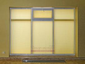 Шторы плиссе на прямоугольном окне с форточкой в зале бассейна.