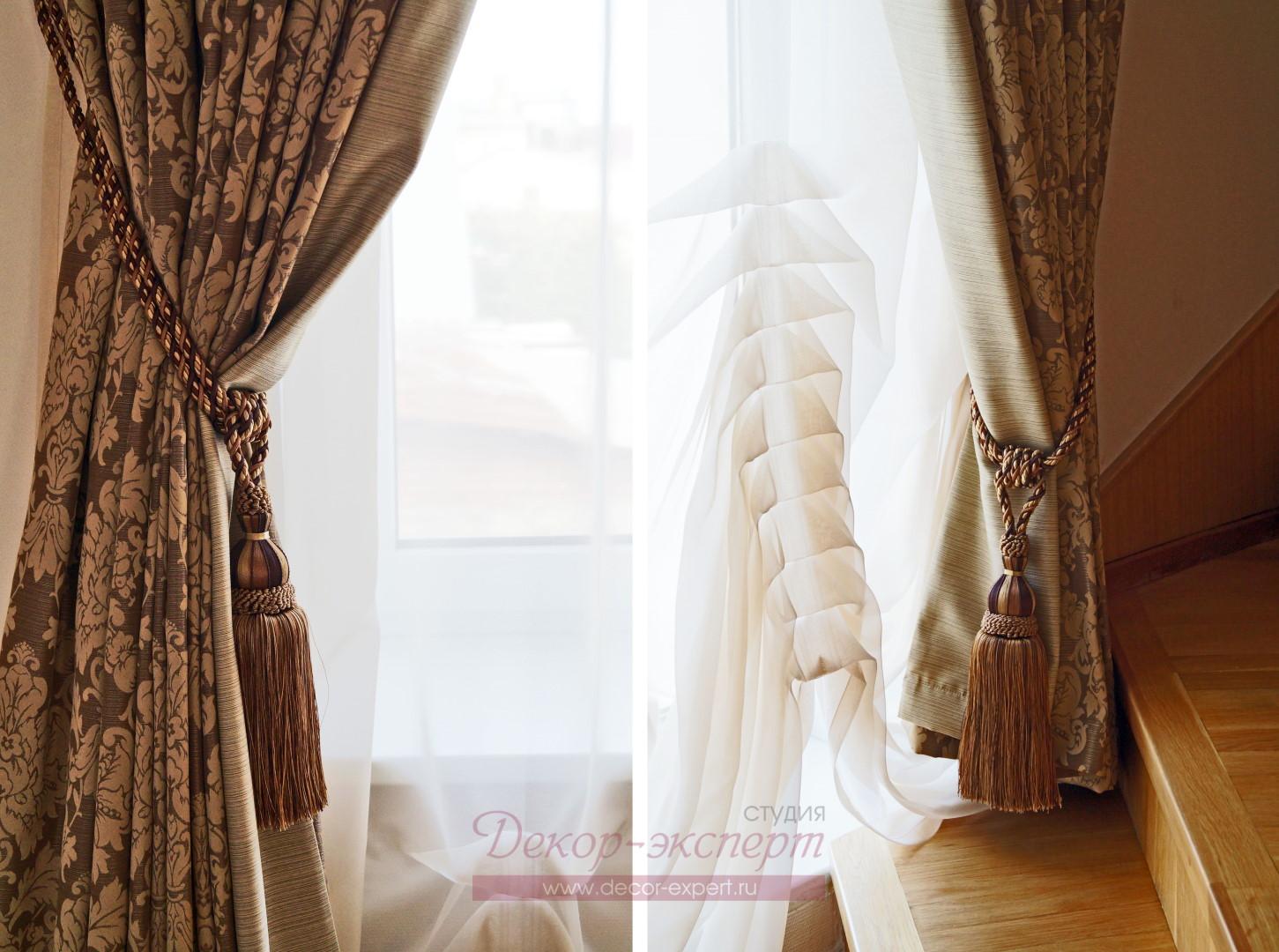 Декоративные кисти для штор в классическом стиле у лестницы.
